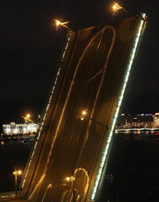 pene-disegnato-sul-ponte
