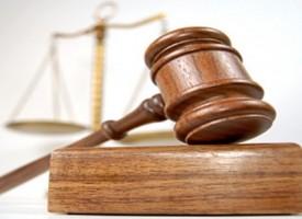 Perchè si usa battere il martello in tribunale?