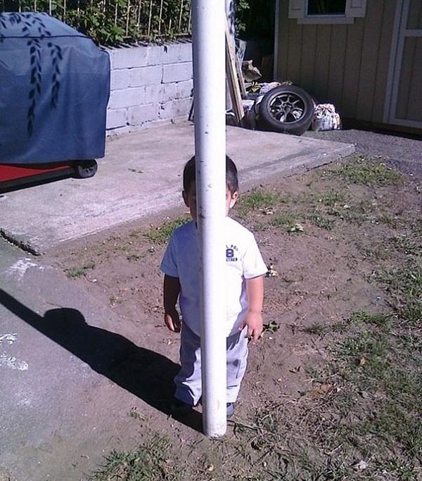 bambino nasconde palo