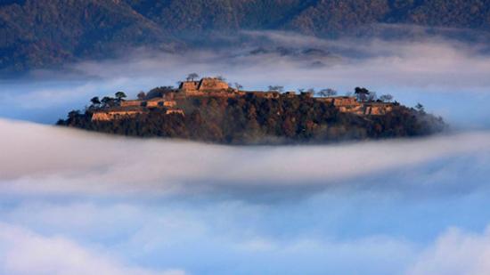 castello takeda immerso nelle nubi