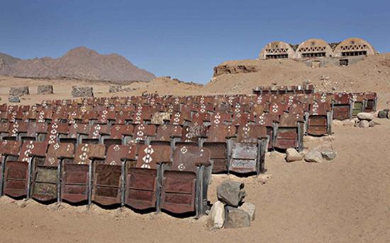 cinema costruito sul deserto