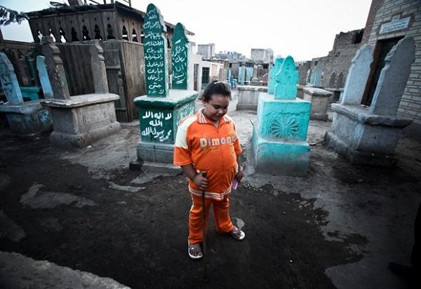 bambino vive cimitero