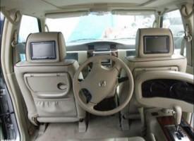 Incredibile auto con la guida nel sedile posteriore