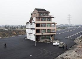 Si rifiuta di abbandonare la casa e gli costruiscono una strada attorno