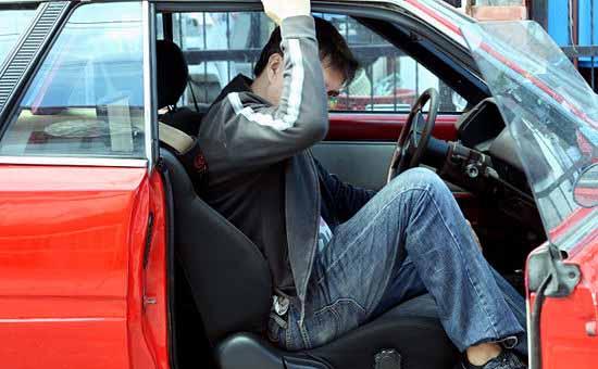 prndere la scossa elettrica scendendo dall'auto