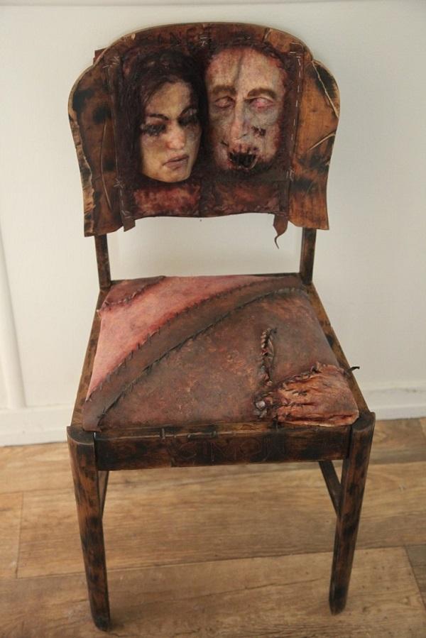 sedia realizzata cono pelle umana