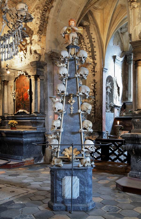 chiesa cattolica ossa umane
