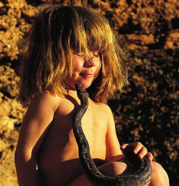 bambina gioca con serpente