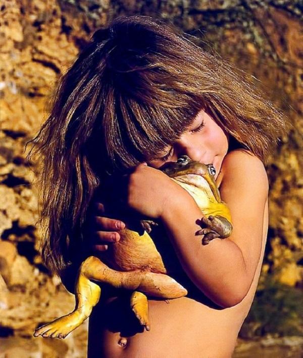 bambina gioca rana gigante