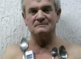 Miroslav Mandic l'uomo magnetico che attrae a sè i metalli