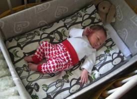 I neonati finlandesi dormono in delle scatole di cartone