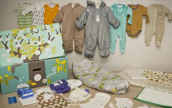 scatola con accessori e vestiti per bambini appena nati in finlandia