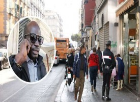 A Napoli senegalese difende una turista dai borseggiatori, la folla lo blocca e fa fuggire i malviventi