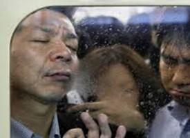 Le incredibili foto claustrofobiche della metropolitana di Tokyo nell'ora di punta