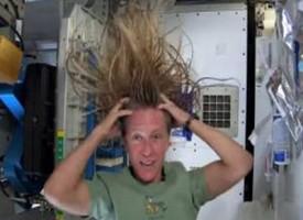 Come si lavano i capelli lunghi nello Spazio in assenza di gravità?