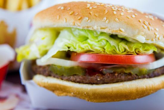 mangiare cibo spazzatura salute