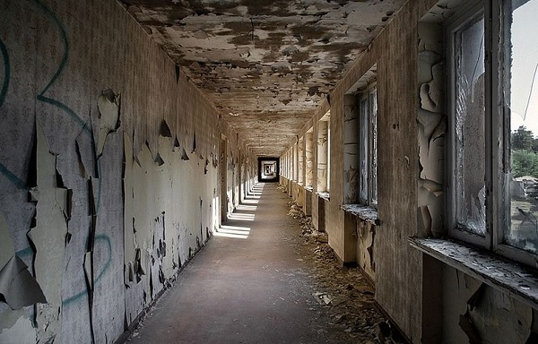 vandali distruzione hotel
