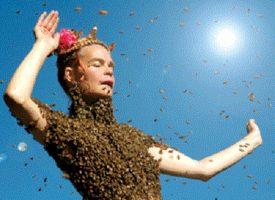 La ragazza che danza con 12.000 api attaccate al suo corpo