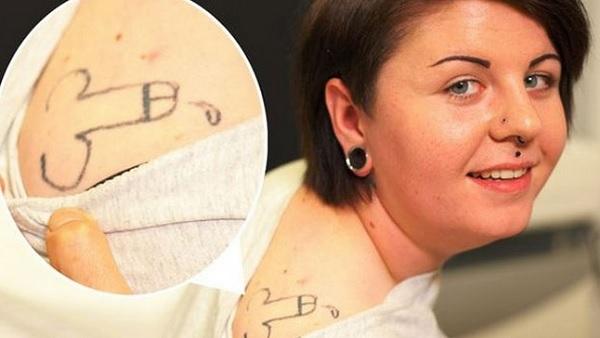 pene tatuato sulla spalla