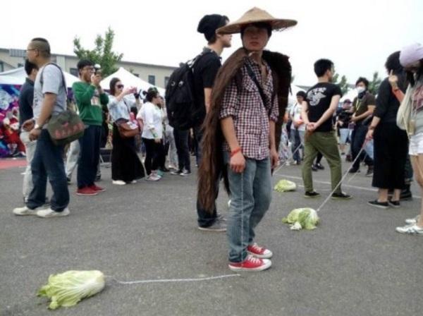 adolescenti cinesi passeggiano verdure