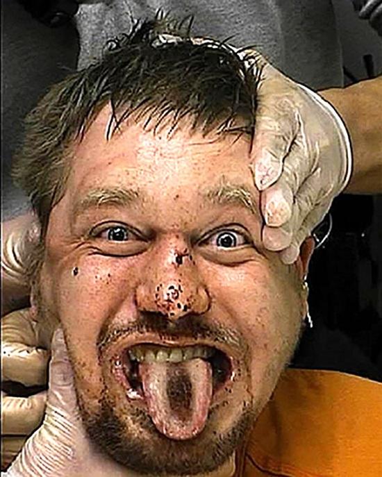 foto assurda uomo carcere