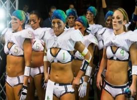 Negli USA sta esplodendo la moda del football femminile in lingerie