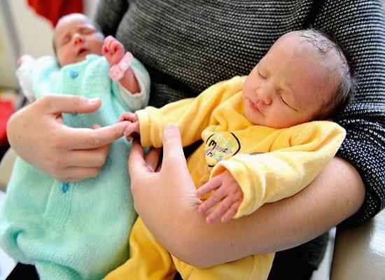 due gemelline da padri diversi