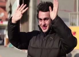 Un quartiere intero impara la lingua dei segni per fare una sorpresa ad un ragazzo sordo
